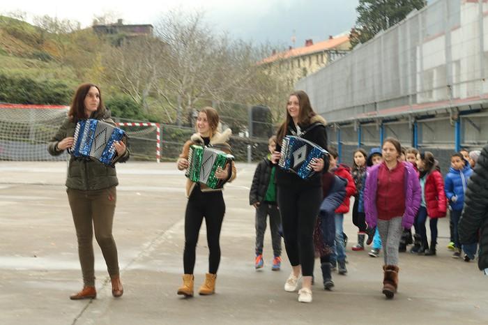 Kantari eta dantzari ospatu zuten Euskararen Eguna Plaentxi Eskolan - 15
