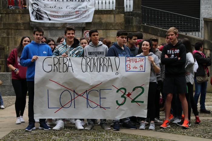DBHko ikasleek LOMCEren aurkako protesta egin dute eguerdian