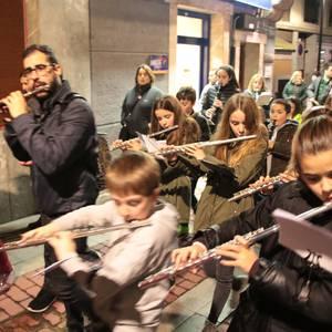 Musika ikasleak kalera atera dira Santa Zezilia egunaren bezperan