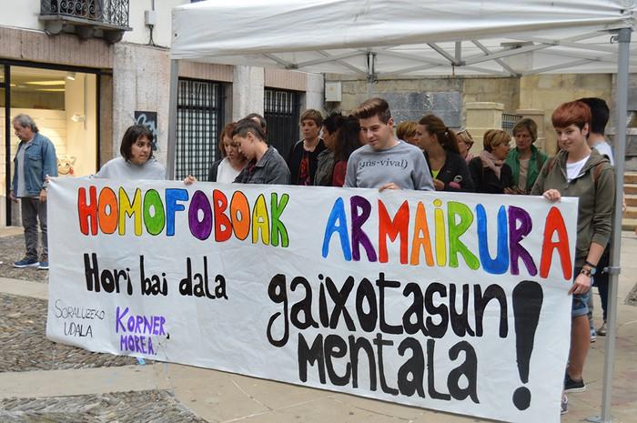"""""""Homofoboak armairura"""" lemapean, elkarretaratzea egin zuten atzo"""