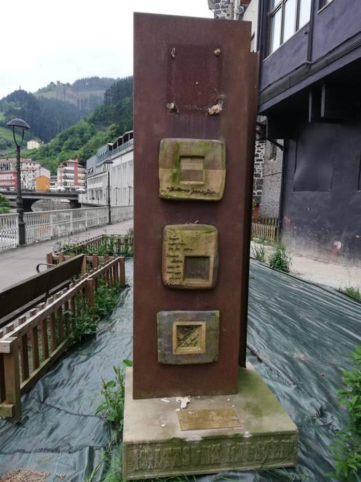 36ko memoriaren eskulturari pieza bat kendu diote