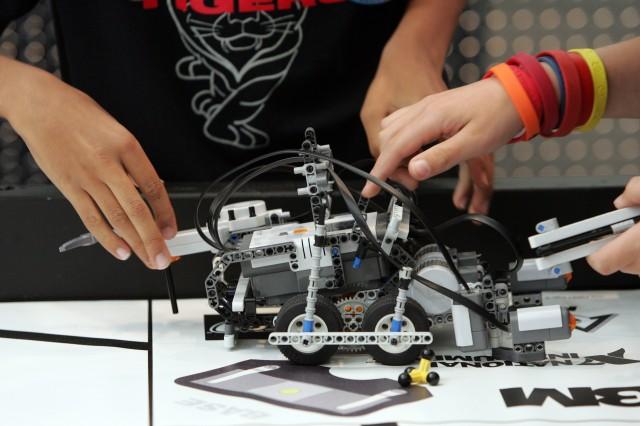 Gaztetxoendako robotika eta programazio tailerra antolatu dute guraso elkarteek udako oporretarako
