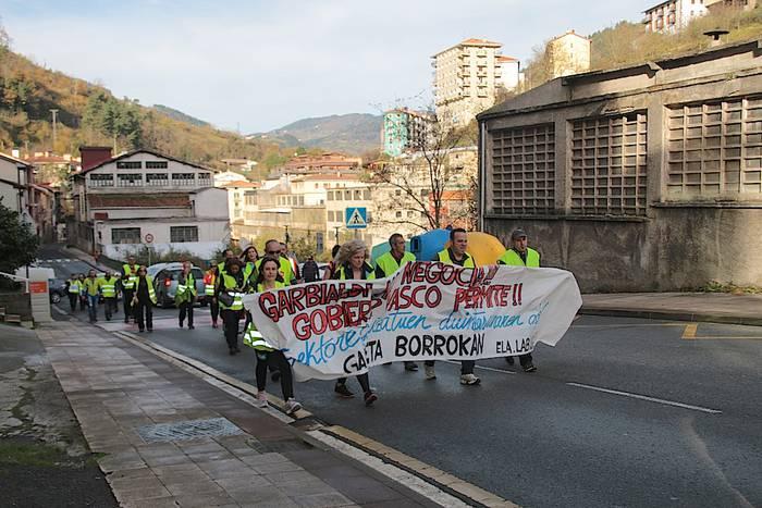 Garbitzaileen protestak Soraluze ere zeharkatu du