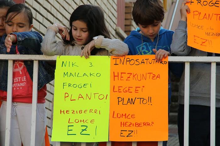 Hainbat gurasok planto egin diote LOMCEren 3. mailako azterketari - 7