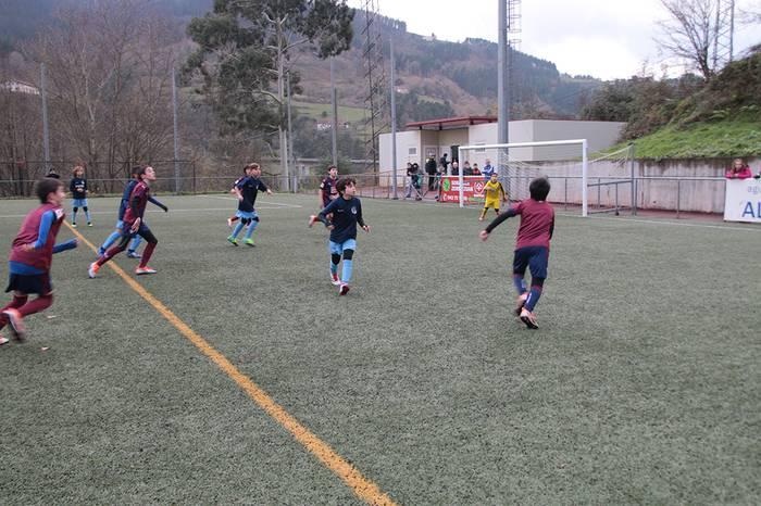 Gaur, futbol eskolarekin lotutako batzarra